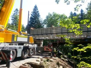Zabudowa konstrukcji mostowej na linii kolejowej 311
