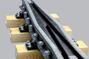 rozjazd krzyżownica krzyżownica blokowa Półzwrotnica zwrotnica Kierownica Kozioł oporowy szyna przejściowa styk dylatacyjny szyna Bieżanów nawierzchnia kolejowa nawierzchnia tramwajowa nawierzchnia szynowa tramwaj konstrukcje stalowe UIC60 S49 60E1 49E1 Zgrzewanie elektroiskrowe frezowanie struganie  wiercenie hartowanie spawanie rozjazdy wąskotorowe przyrząd wyrównawczy akcesoria kolejowe części rozjazdowe obrotnica